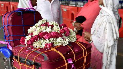 Indiske muslimer klare for å dra på pilegrimsreise til Mekka, venter sammen med sin bagasje på flyplassen i New Delhi. Uavhengig av kaste, klasse og religion; ingen inder vil sette seg i et fly uten å ledsages av minst to kistestore kofferter, skriver Asle Toje.
