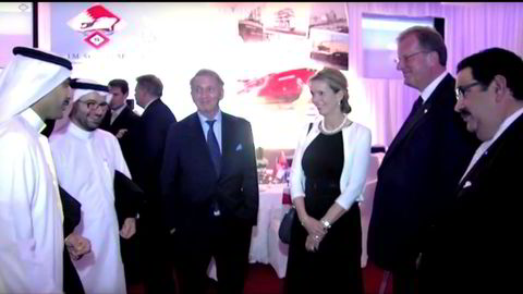 Terje Rød-Larsen med Morits Skaugen og Grace Reksten Skaugen på fest i Bahrain. Helt til Høyre står sjefen for virksomheten Skaugen gikk inn i, Osama Muein.