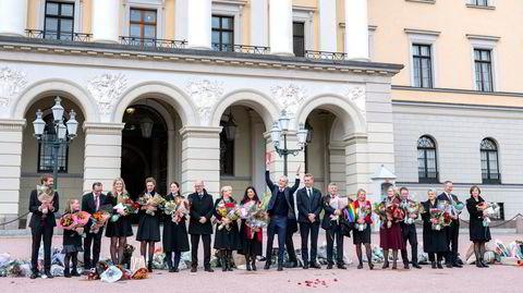 Statsminister Jonas Gahr Støre (61) og den nye regjeringen mottar gratulasjoner på Slottsplassen.