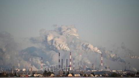 Opec og land som Russland ble sent søndag enige om en historisk kuttavtale. Her fra russiske Gazproms raffineri i Omsk, sørvest i Sibir.