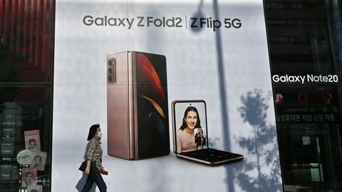 Samsung har lansert en rekke nye smarttelefonmodeller under pandemien. I neste uke vil Apple lansere neste generasjon Iphone-telefoner. Den kinesiske konkurrenten Huawei er skjøvet ut i kulden på grunn av amerikanske sanksjoner og geopolitisk konflikt med India.