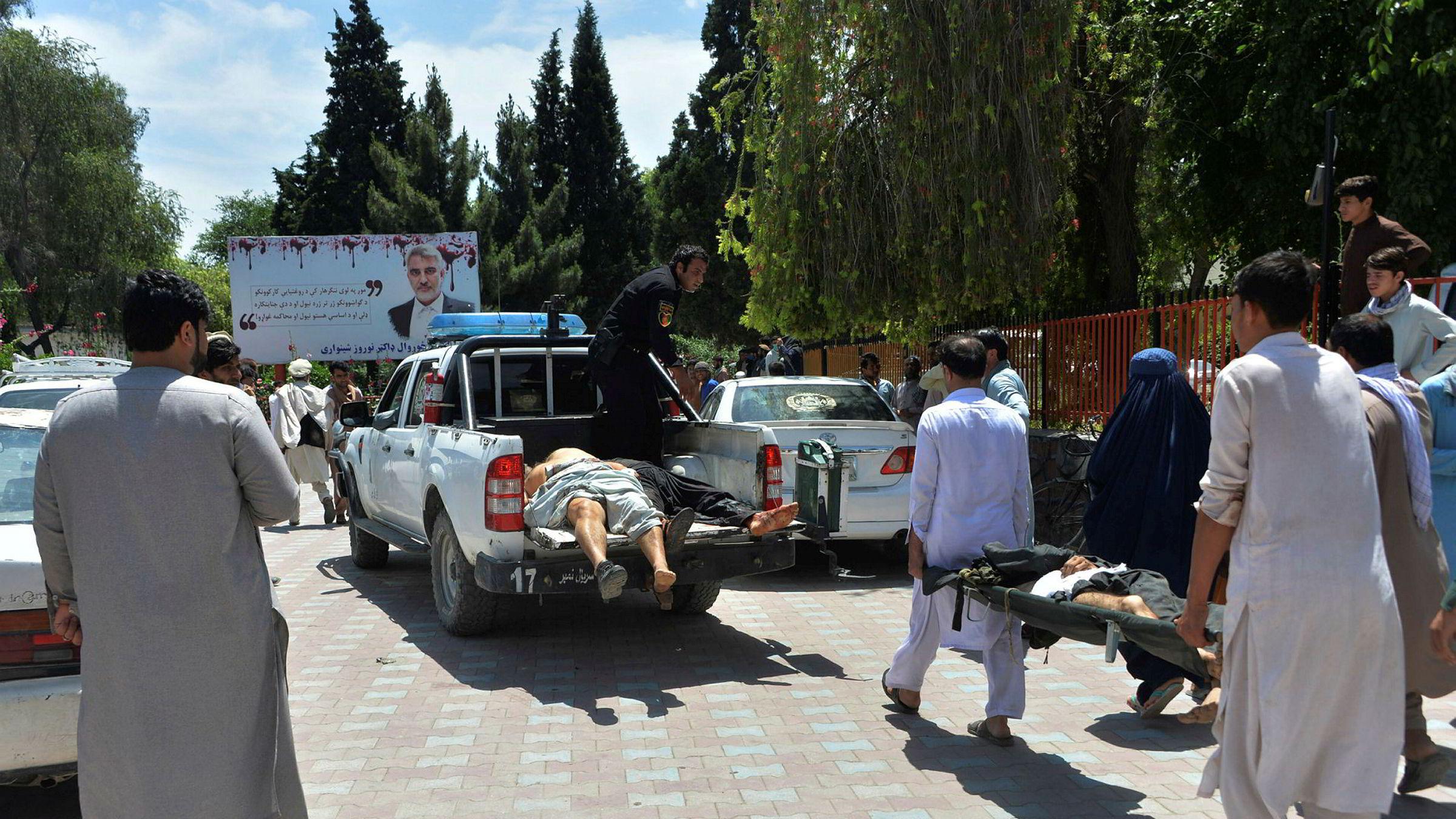 Skadede fraktes bort etter at en selvmordsbomber fra IS angrep en begravelse i Nangarhar-provinsen i Afghanistan 12. mai.