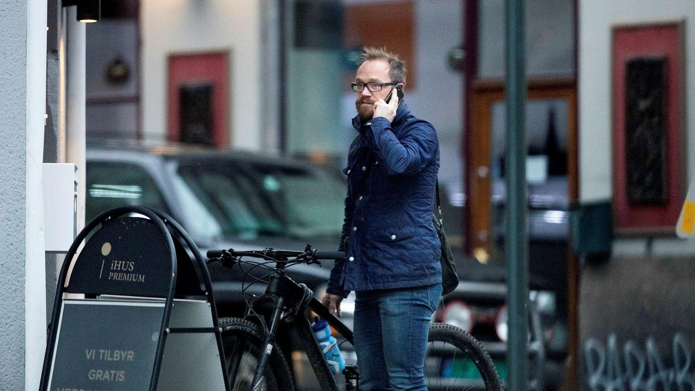 Torsdag i forrige uke ankom Ihus-eier Geir Ole Reiakvam kontoret på St. Hanshaugen på sykkel. DN har forsøkt å få et intervju med Reiakvam og megler Mikael Menti. Menti ville ikke møte DNs journalister, Reiakvam trakk seg 20 minutter før avtalen.