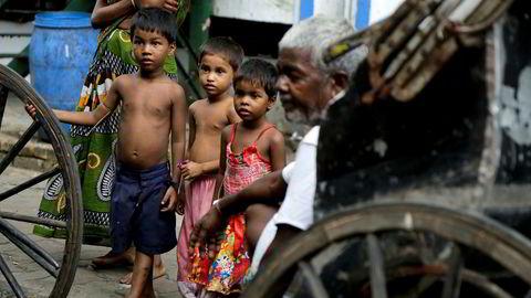 Rundt 800 millioner mennesker i India lever i fattigdom, som disse gatebarna i Kolkata. Nå skal det svis av fire milliarder kroner på en statue.