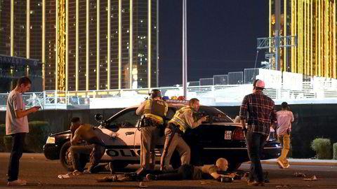 Las Vegas-politiet står vakt i forbindelse med skuddhendelsen i Las Vegas søndag kveld lokas til. Skytingen foregår ved Route 91 Harvest country music festival rett ved Mandalay Bay Resort and Casino. David Becker/Getty Images/AFP== FOR NEWSPAPERS, INTERNET, TELCOS