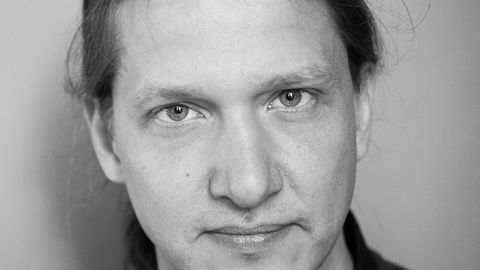 Stein Sørensen blander hardkokt krim med referanser fra filosofien, kunsten, historien, psykologien og patologien.