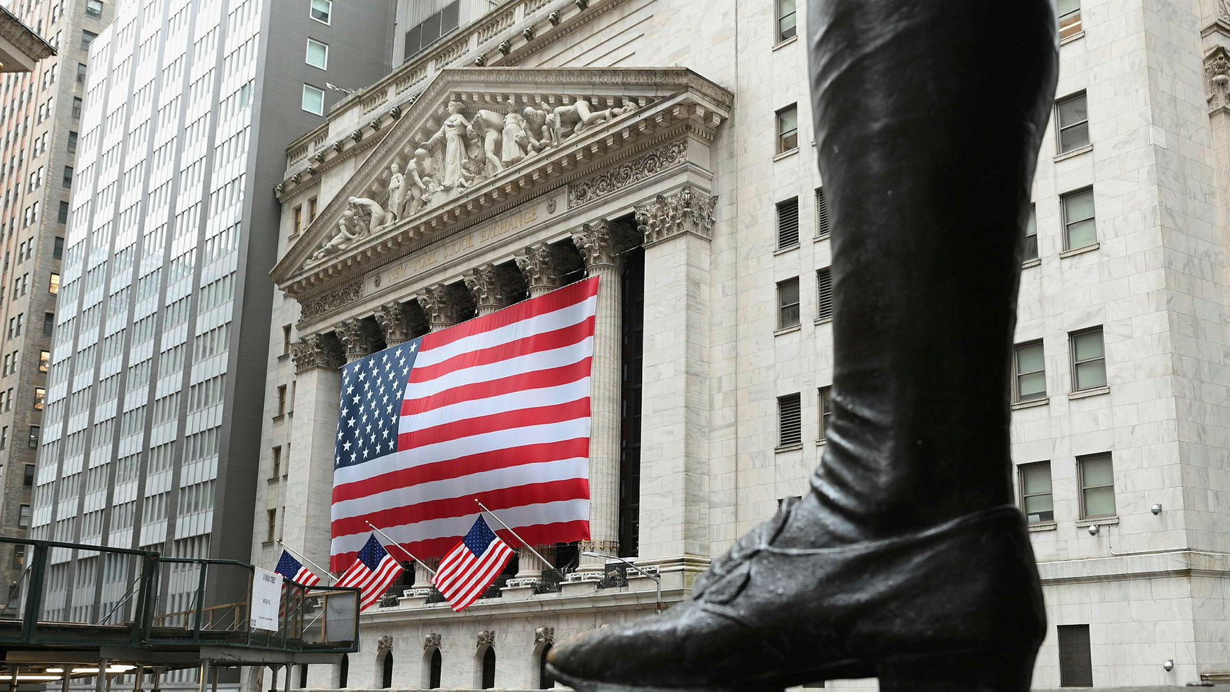 Wall Street har vært gjennom en volatil uke. Her fra utenfor New York Stock Exchange.