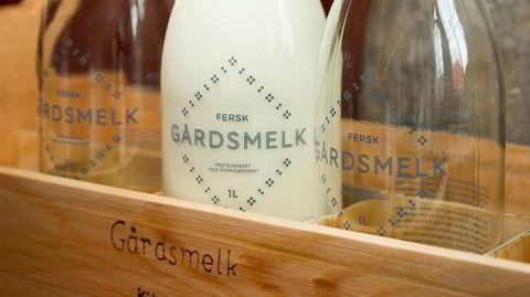 Glassflasker. Man kan enten kjøpe flasker i boden, eller ha med egne beholdere. Melkeflaskene kan vaskes og brukes om igjen.