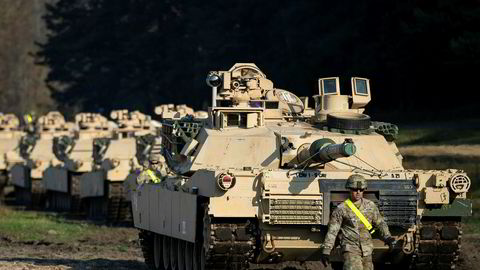 USA har én stridsvognstype, Europa har 17. Her ruller amerikanske M1 Abrams stridsvogner på en storøvelse utenfor Vilnius i Litauen i fjor høst.