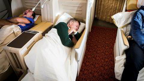 Businessklasse med god samvittighet. Tidlig morgen, i en grønn ullgenser, på vei inn mot landing med Air Indias rute AI120: Solheim sover som en stein.