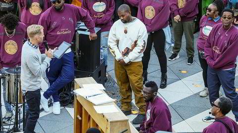 """Kanye West med lite karakteristisk bøyd nakke under en av hans """"Sunday Service""""-gudstjenestehappenings, i Salt Lake City tidligere denne måneden. Hans omfavnelse av gospel virker som en ektefølt gimmick, men albumet """"Jesus is King"""" er dessverre en skuffelse."""