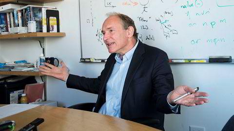 Slår tilbake. Sir Tim Berners-Lee oppfant internett, nå kjemper han mot det han mener truer nettets verdi: at teknogiganter som Google, Facebook, Amazon og Apple fullstendig overtar det demokratiske fellesgodet det skulle være.