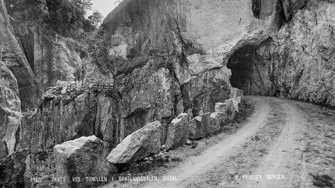 Stein. «Parti ved Tunellen i Bratlandsdalen, Suldal»,1885–1889, demonstrerer Knud Knudsens interesse for stein – og veier.
