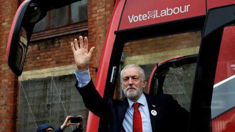 Statsministerkandidat i Storbritannia Jeremy Corbyn vil låne mangfoldige milliarder for å investere i skoler og sykehus.