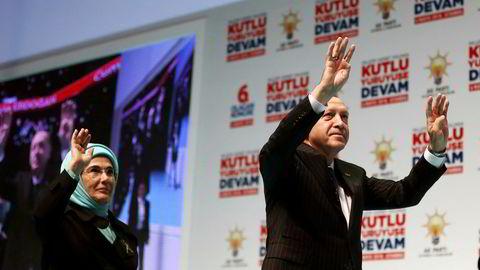 Tyrkias president Recep Tayyip Erdoğan viste det karakteristiske tegnet med fire fingre da han tidligere denne måneden la frem AKPs valgprogram i Istanbul. Hans kone Emine Erdoğan viser hele hånden.