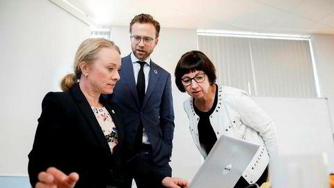 Digitaliseringsminister Nikolai Astrup og arbeids- og sosialminister Anniken Hauglie på besøk hos Nav og Sigrun Vågeng.