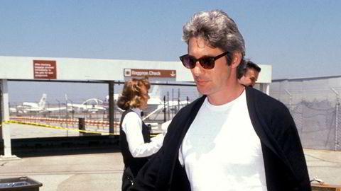 Sjef. Skuespiller og motemenneske Richard Gere (72) forbindes gjerne med Armani-dresser etter sin innsats i «Den amerikanske gigolo» (1980) , men han har mer i ermet: Kardigan, hvit t-skjorte og kakibukser er ingen dårlig stil for en praktikant, heller, som Gere her flanerer i på flyplassen i Los Angeles i 1990.
