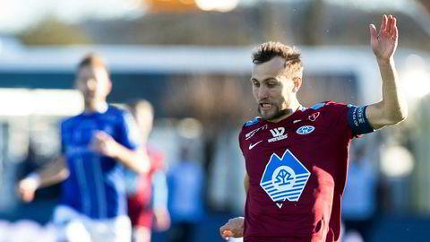Burgunder. Magnus Wolff Eikrem og Molde åpnet sesongen i «litt uvant» tredjedrakt.