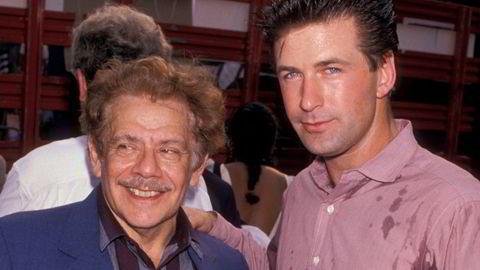 Ryddig. Skuespillerne Jerry Stiller (1927–2020) og Alec Baldwin smiler nokså usvett for kjendisfotografen Ron Galella i forbindelse med en veldedig innsamling i 1989 i New York City.