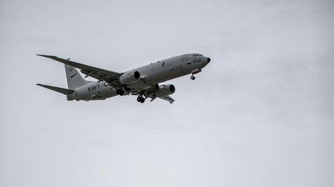 Fremmed fugl. Et amerikansk overvåkningsfly av typen P-8 Poseidon kommer inn for landing på flystasjonen Andøya. Ingen kan si hvor lenge de vil være der. – Amerikanerne er hyggelige, men snakker helst bare om vær og vind. Når det kommer til oppdrag, kommer stillheten. Da er de tause, sier Kjell Gunnar Myrseth, tillitsvalgt på stasjonen