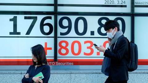 Risikovillige investorer jakter billige aksjer ved Tokyo-børsen og har utløst et minirally etter at Nikkei-indeksen falt til det laveste nivået siden 2016 på mandag.