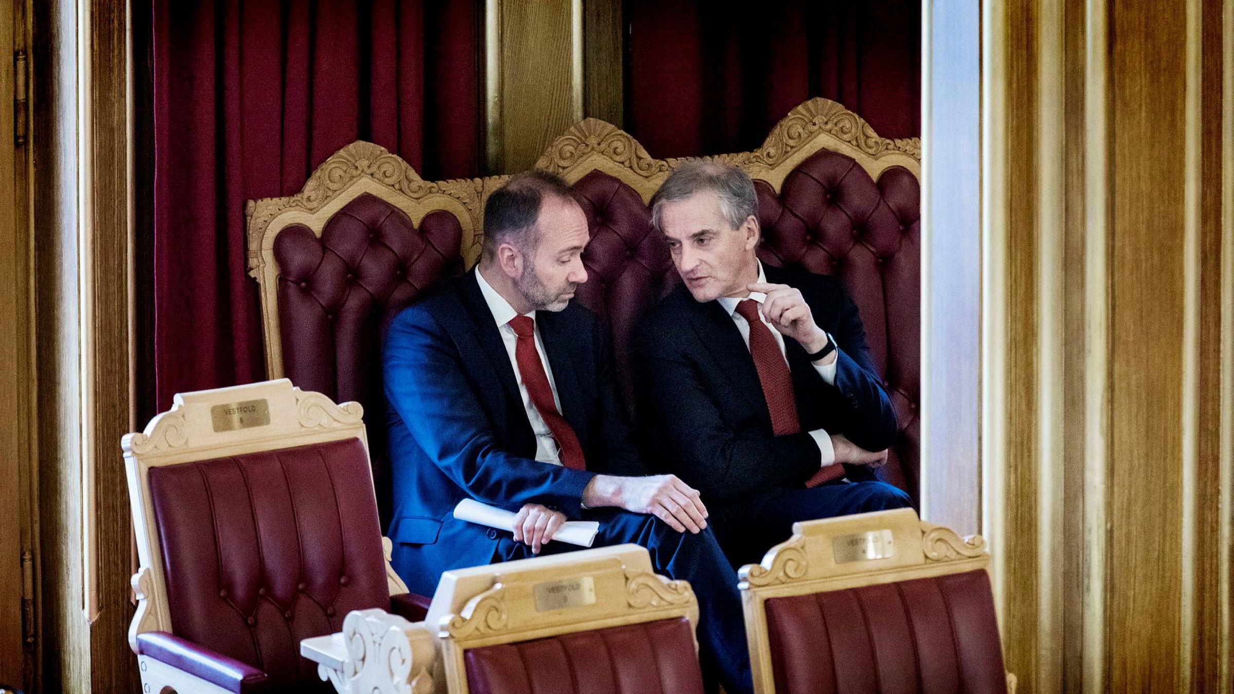 Trond Giske (til venstre) og Jonas Gahr Støre i Stortingssalen.