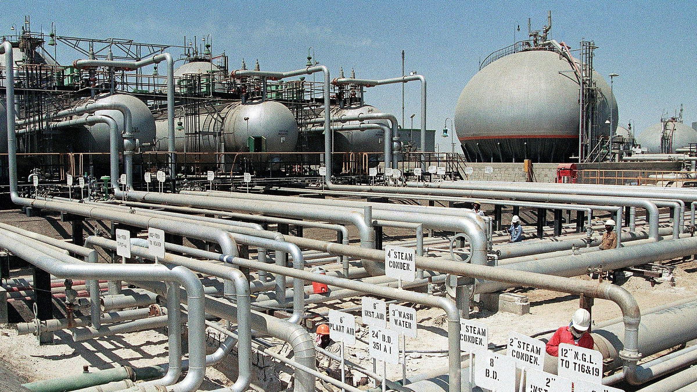 Da oljeinstallasjoner i Saudi-Arabia ble utsatt for et droneangrep i september ifjor steg oljeprisen kraftig, men falt så raskt tilbake. Bilde viser et oljeraffeneri ved Ras Tannura i Saudi Arabia. Fredag steg oljeprisen etter at USA likviderte den iranske generalen Qasem Soleimani.