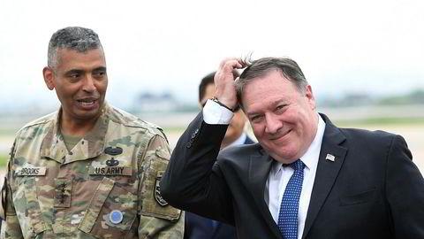 USAs utenriksminister Mike Pompeo ankom onsdag Sør-Korea. Der møtte han Vincent K. Brooks, leder for de amerikanske styrkene som er utstasjonert i landet. Foto: AP / NTB scanpix
