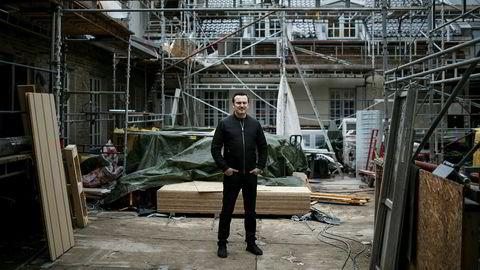 Om mindre enn to måneder åpner Nede Foss Gård dørene for gjester igjen. Daglig leder Sanel Hasic i byggekaoset.