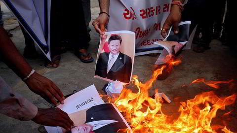 Indere brenner bilder av Kinas president Xi Jinping under en demonstrasjon i byen Ahmedabad. Spenningen mellom de to landene er svært høy og flere indiske soldater er drept i sammenstøt med den kinesiske hæren.