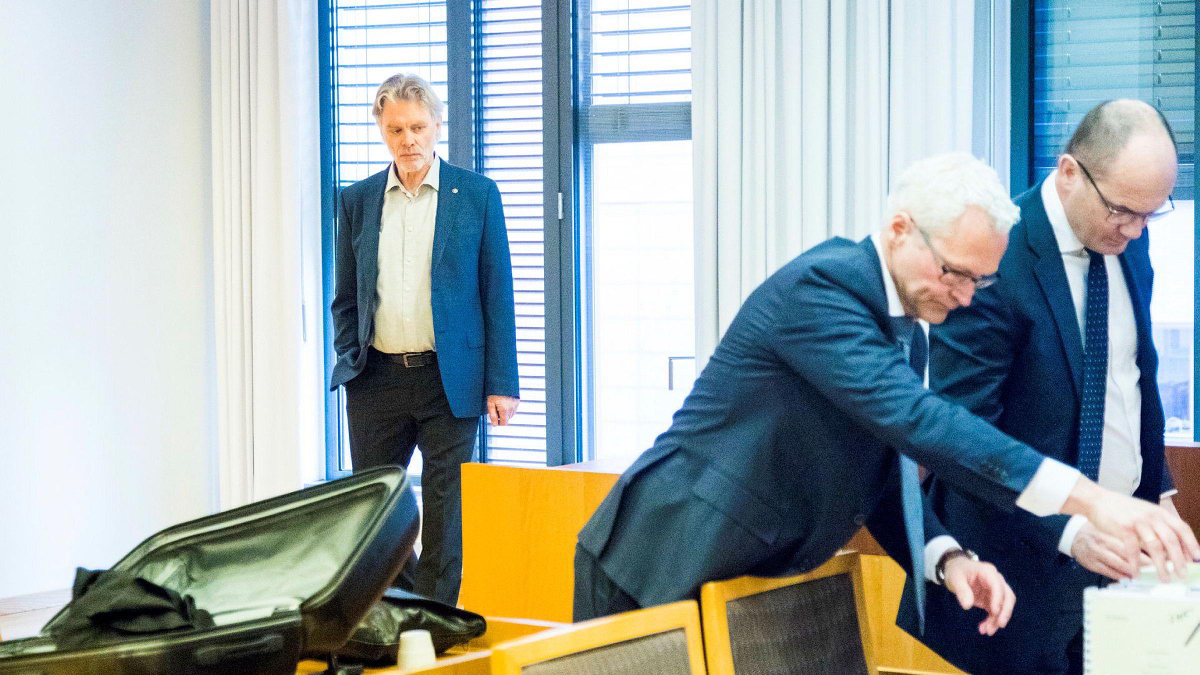 Cappelen Damms konsernsjef Tom Harald Jenssen (t.v.) venter på at saken mot Konkurransetilsynet skal starte mens forlagenes advokater, Olav Kolstad (t.h.) og Sigurd Holter Torp forbereder sakspapirer.