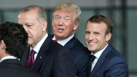 Frankrikes president Emmanuel Macron, USAs president Donald Trump og Tyrkias president Tayyip Erdogan fotografert sammen på Nato-toppmøtet i Brussel, Belgia onsdag.