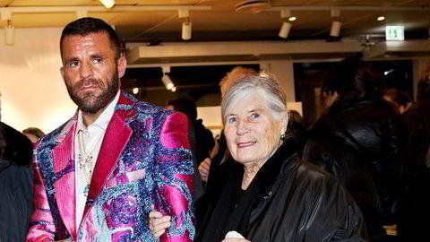 Bjarne Melgaard er regnet som en av de mest sentrale nålevende norske kunstnere, og er kjent for provoserende malerier, installasjoner, foto og videoverk. Her med sin mor Gro ved en tidligere utstilling.
