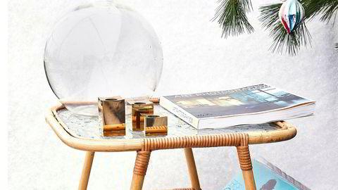 Sidebord: I glass og manilla 300 kr. Vase: Glass 75 kr. Fotobok: «Art Photography Now» 40 kr. Lysestaker: Metallslöjden Gusum 200 kr.