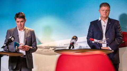 Norwegian-sjef Jacob Schram (til høyre) og finansdirektør Geir Karlsen jobber for fullt med å redde selskapet, mens aktører i finansmiljøene i London og USA kjemper om kontroll over gjelden – som kan bli omgjort til egenkapital senere i vinter. Her fra et pressemøte på Fornebu.