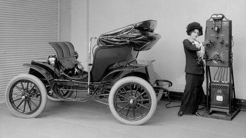 Elektriske biler ble gjerne markedsført mot kvinner, skriver artikkelforfatteren. Elbilen på bildet er en Columbia Mark 68 Victoria laget ved The Pope Manufacturing Company of Hartford, Connecticut, i 1906.