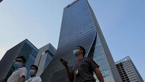 Det har vært demonstrasjoner foran Evergrandes hovedkontor i Shenzhen. Evergrandes aksjekurs fortsetter å falle på tirsdag.