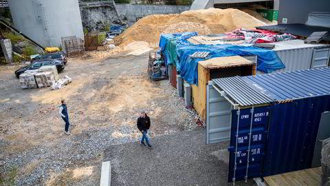 Nærmest vegg i vegg med vedbruket Varma utenfor Hønefoss har Steve Gjefsen (til høyre) og Espen Hinsch satt opp en svær container som skal fylles med bitcoinmaskiner. Varmen som genereres sendes rett inn til veden som tørkes i ekspressfart.