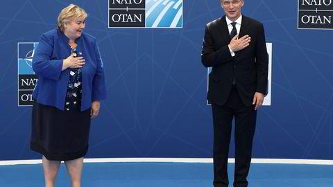 Statsminister Erna Solberg blir tatt imot av generalsekretær Jens Stoltenberg på Natos toppmøte 14. juni.