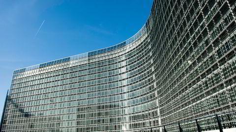 Usikkerheten rundt Norges plass i det europeiske samarbeidet kommer ikke fra regjeringen, men fra Sp, SV og Rødt, som vil si opp EØS-avtalen, skriver artikkelforfatterne. Bildet viser Europakommisjonens hovedkvarter i Brussel.