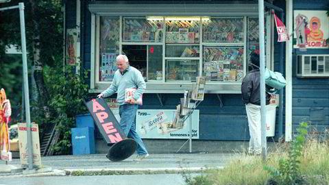 Det finnes ytterst få bilder av Pål Borgersen. Dette bildet ble tatt i 1991 utenfor pølsekiosken han drev på Sagene. Eiendomsinvestoren fikk mye oppmerksomhet i riksmediene da han og ekskona kjøpte et fiskevær i Lofoten.