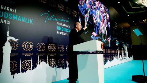 «De siste dagene har tilspissingen av konflikten mellom Tyrkia og det kurdiske området i Nord-Irak, der Tyrkia truer med å stenge en oljeledning som går over tyrkisk territorium, åpenbart hatt betydning», skriver DNs kommentator. Bildet viser Tyrkias president Recep Erdogan i Istanbul mandag, der nevnte trusler ble fremført.