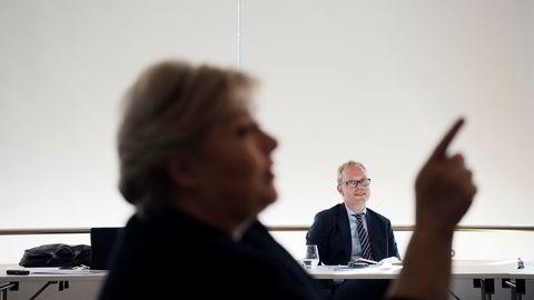 – Krisen er over på Sør- og Vestlandet, sier statsminister Erna Solberg. I bakgrunnen sitter sjeføkonom Kyrre Knudsen i Sparebank 1 SR-Bank.