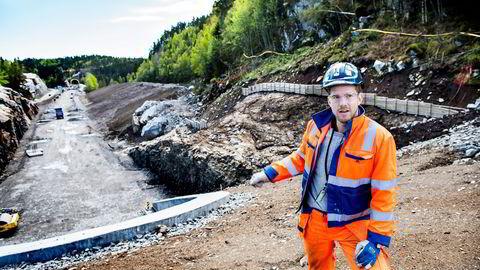 Den nye jernbanen mellom Larvik og Porsgrunn skal stå ferdig i 2018. Skanska må sørge for at prosjektleder Hans Kjetil Traen (29) rekker å lære av seniorene før de går av med pensjon. Han kastes ut i store prosjekter og utviklingsprogrammer for ledere. Foto: Klaudia Lech