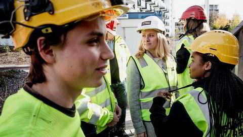 Betonglærling Hans Yohan Krydsbi og Celine Bailey (23) i BetonmastHæhre fikk onsdag besøk av blant andre arbeidsminister Anniken Hauglie (i midten).