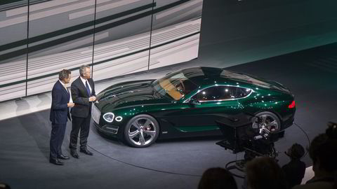 Bentley-sjef Wolfgang Dürheimer viser fremtidens modell fra det britiske luksusmerket i Genève. Foto: Embret Sæter