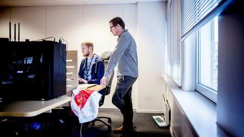 Hovedeier Lars Ropeid Selsås (til venstre) og medgründer Henry Vaage Iversen i selskapet Boost AI håper de i løpet av neste år skal ha levert dataroboten «James» til alle norske banker.
