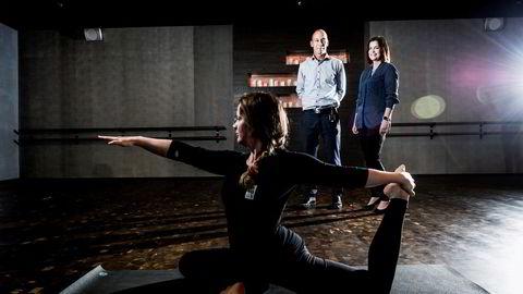 Toppsjef Olav Thorstad og finansdirektør Cecilie Elde i treningsgiganten Health & Fitness starter flere spesialkonsepter Sats Elixia-kundene kan velge blant. Her er de med yogainstruktør og daglig leder Hanne Kjersem Vestre (foran) ved det nye yogasenteret på Majorstuen. Foto: Gorm K. Gaare