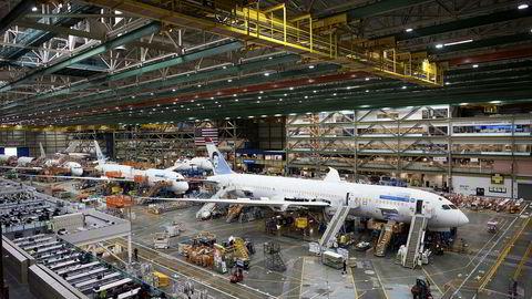 For øyeblikket er ti av Norwegians langdistansefly, Boeing 787 Dreamliner, tatt ut av trafikk. Bildet viser mens ett av flyene monteres på fabrikken i Everett utenfor Seattle i USA i 2017. Hittil har flyselskapet fått levert 37 av dem.