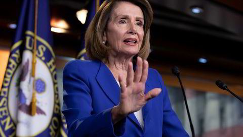 Leder Nancy Pelosi i Representantenes hus sier Trump viser forakt for staten. Nå vil flertallet i Representantenes hus fremme en resolusjon mot presidentens varslede erklæring om unntakstilstand.
